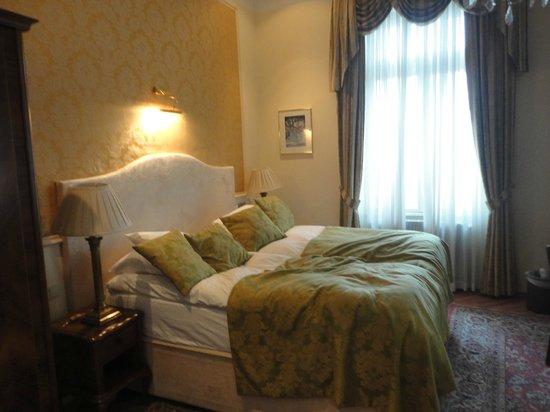 Best Western Hotel Pension Arenberg: Удобная кровать с мягкими подушками и еплым одеялом