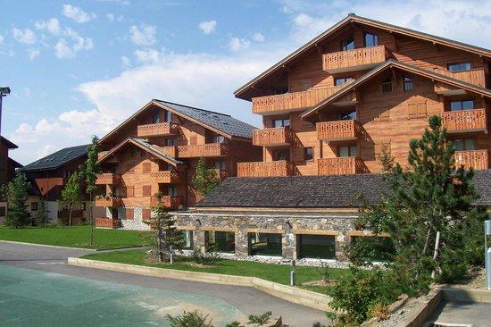 Pierre & Vacances Premium Residence Les Fermes du Soleil: Vue Résidence depuis commerces