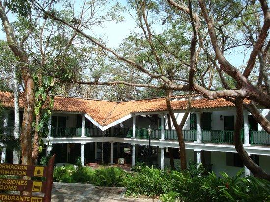 Moka Hotel: entrée par le haut de l'hôtel