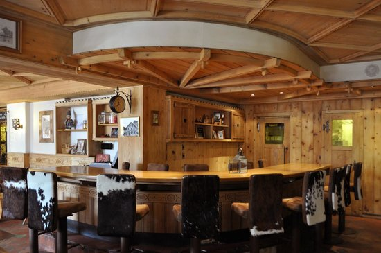 Restaurant Le Vieux-Chalet: Bar seating area in secondary dining room