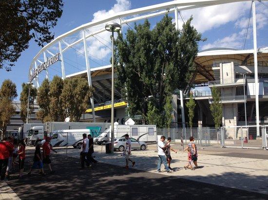 Mercedes Benz Arena: Fora do estádio