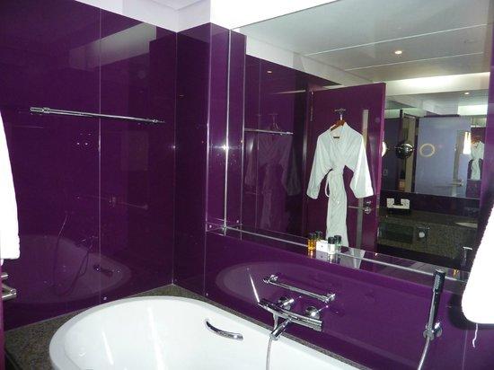 Dubai International Hotel: salle de bain côté baignoire
