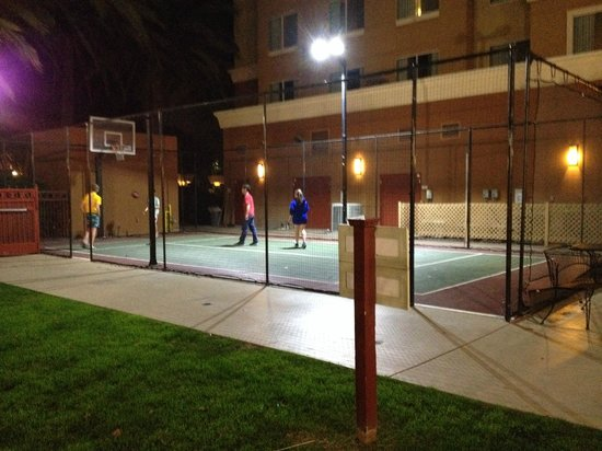 Residence Inn Anaheim Resort Area/Garden Grove: Our teenaged boys made friends with some other kids on the basketball court.