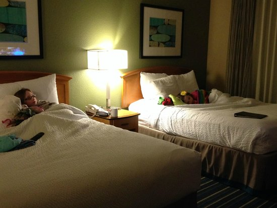 Residence Inn Anaheim Resort Area/Garden Grove: Lots of room for a family traveling with four children. Rest time before walking back to Disneyl