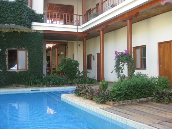 Hotel con Corazon: courtyard with pool