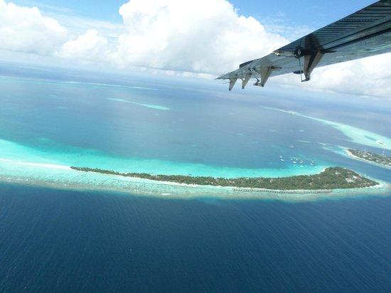 Kuramathi Island Resort: View of the Kuramathi from our sea plane