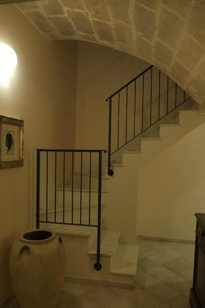 Casastella B&B: Stairs leading to the suite below entrance level