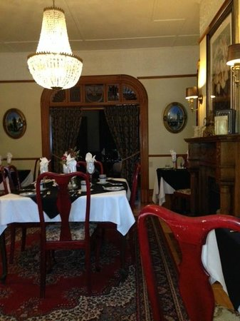 Victoria's Historic Inn: a warm and friendly dining room