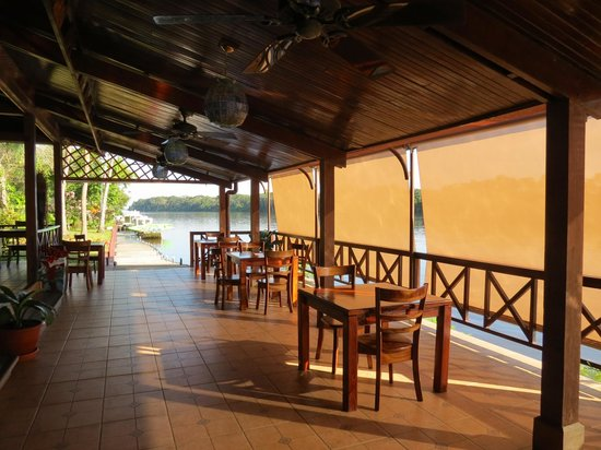 Tortuga Lodge & Gardens: Dining area along the river.