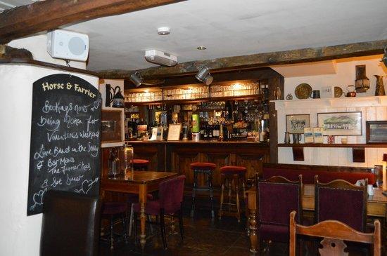 Horse & Farrier Inn: bar