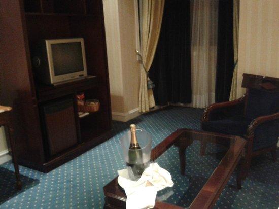 Gran Hotel Velazquez : SALÓN DE LA HABITACION