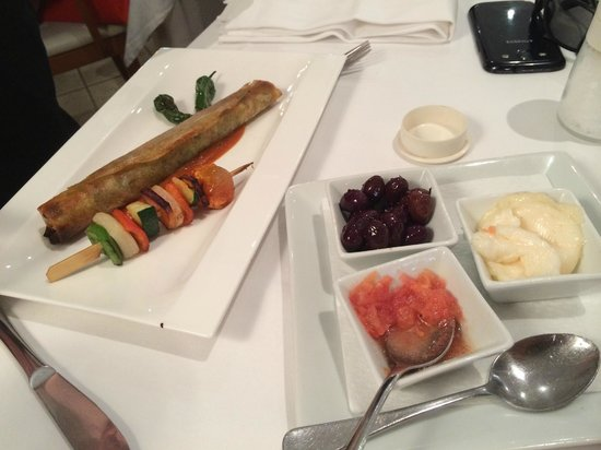 Restaurante Navarro: Olives, garlic mayonnaise and grated gresh tomato served with assortment of bread