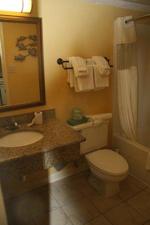 Sea Crest Oceanfront Resort: Bathroom rm 1529