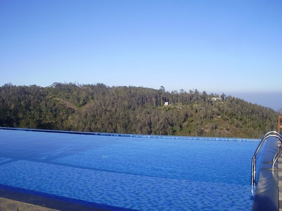 Grand Palace Hotel & Spa Yercaud: Infinity pool with silent valley at backdrop