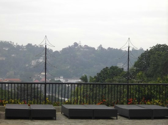 Hotel Thilanka: vue de la piscine