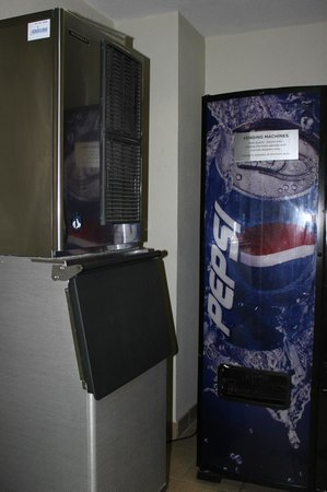 Comfort Suites Seven Mile Beach : ice and vending mashines on our floor
