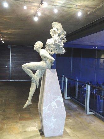 Tokara Restaurant: De côté vue d'une statue majestueuse à l'entrée du restaurant