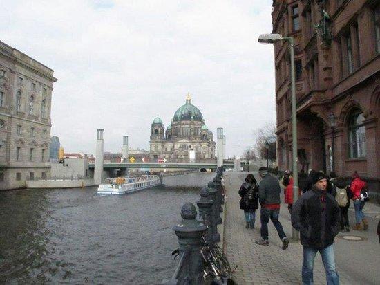 Berliner Dom: De lejos