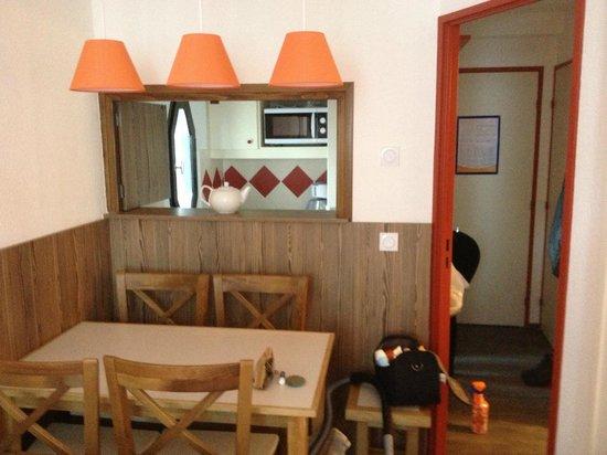 Maeva Residence Le Chamois Blanc: Salon avec vue sur la cuisine