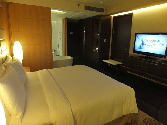 Renaissance Shanghai Putuo Hotel: spacious room open concept with movable bathroom doors