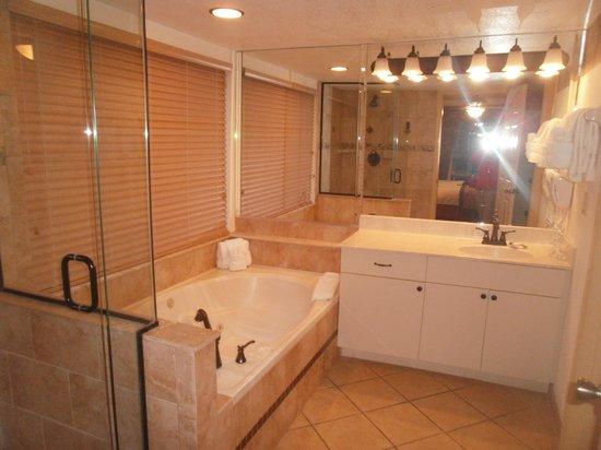 Parkway International Resort : baño de habitacion principal
