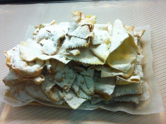 Gelateria Pasticceria Ela: Chiacchiere di Carnevale con zucchero a velo