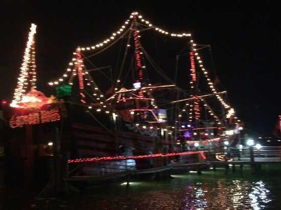 Captain Hook Barco Pirata Pirate Ship: Pirate boat at night