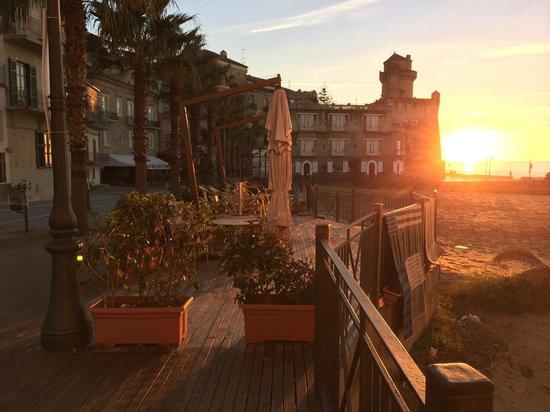 Bar L'Ancora Gelateria: Tramontio invernale sulla spiaggia dove è stato girato Benevenuti al Sud