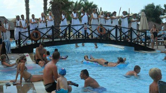 Hotel Paradis Palace : animateurs à la piscine
