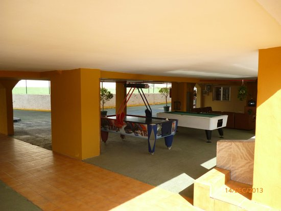 Apartamentos Montemar: Grond floor reception area with games