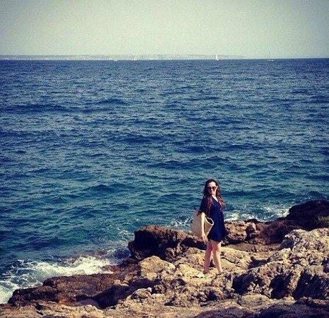 Roc Illetas: По дороге к пляжу, который находится в прекраснейшей бухточке, есть очень красивый скалистый бер