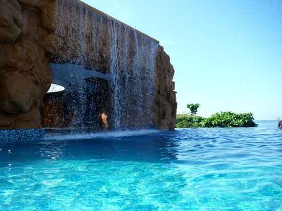 Azul Ixtapa Grand Spa & Convention Center : grotto and pool bar behind waterfall