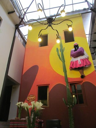 Mama Simona Hostel: patio de invierno - living