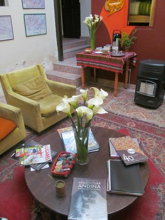 Mama Simona Hostel: living, patio central...
