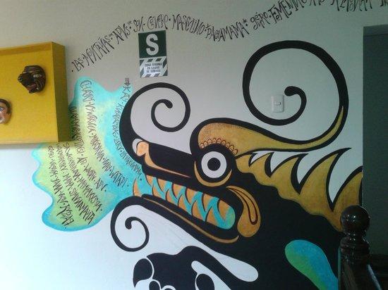 """Mama Simona Hostel: murales con la historia del nombre """"Mama Simona""""..."""