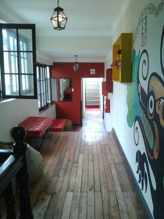 Mama Simona Hostel : pasillo común a las habitaciones, las ventanas dan al patio central...