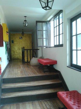 Mama Simona Hostel : pasillo común a las habitaciones...