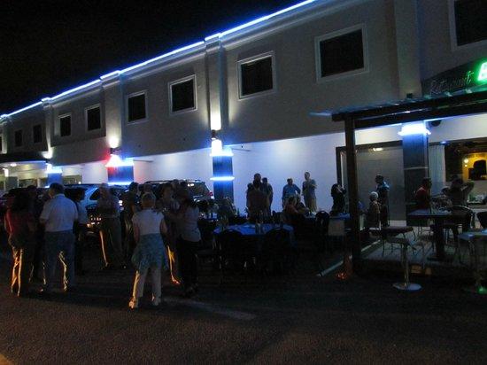 Hotel Century Plaza: outside the restaurant/bar