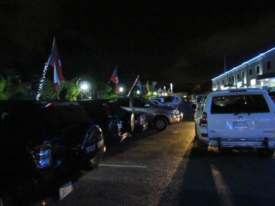 Hotel Century Plaza: parking outside