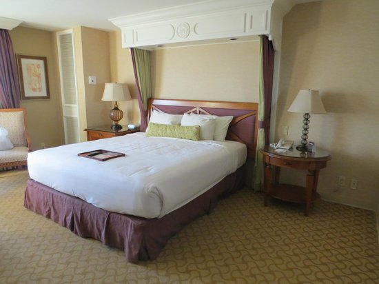Beau Rivage Resort & Casino Biloxi: Large king-sized bed.