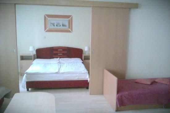 Agape Aparthotel: Habitación en un apartamento de 5 pax.