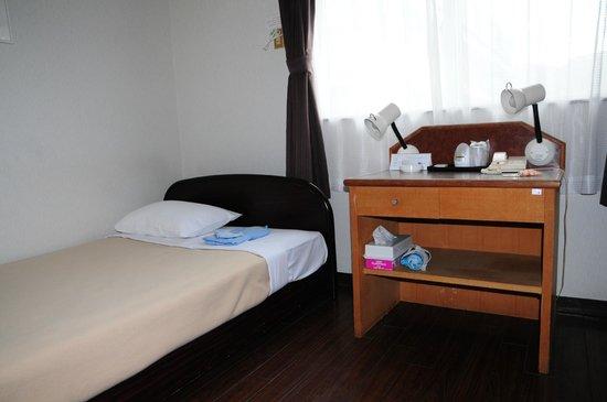 Hotel Irifune: Smoky bedrooms
