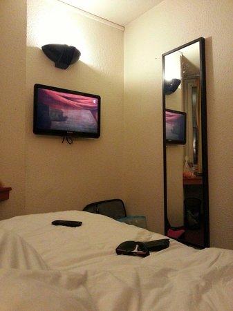 Comfort Hotel Davout Nation : Letto e tv.