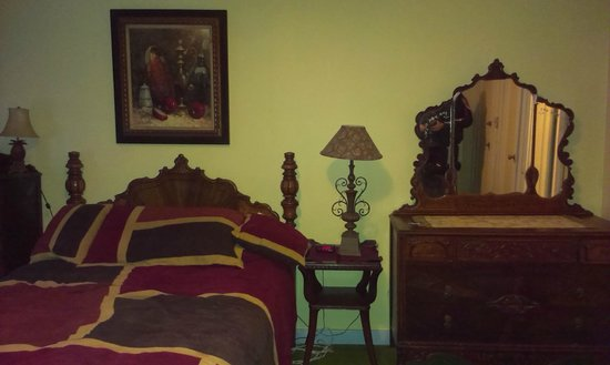Colonial Inn: the room (12)