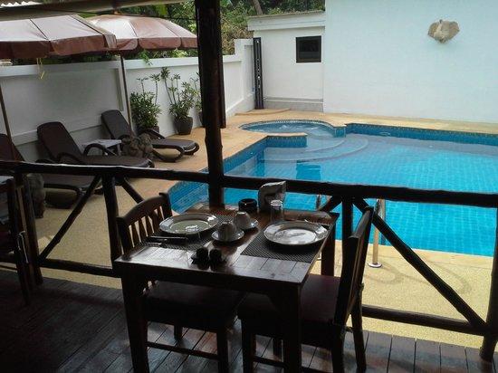 Baan Sukreep - Zen Garden Cottages: Vue de la piscine depuis la salle à manger