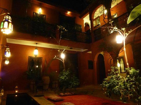 Riad Honey Sarl: Innenhof bei Nacht