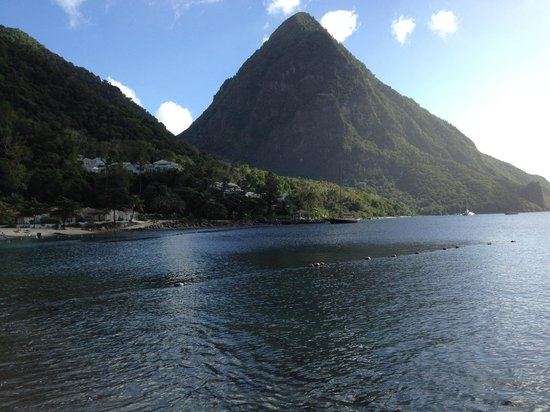 Tropical Breeze Guest House: The Pitons