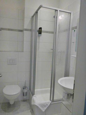Upper Room Hotel: nyrenoverat badrum, mycket liten duschkabin