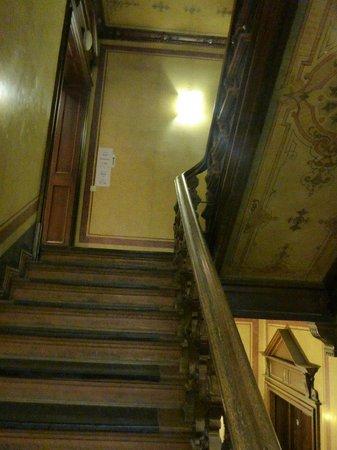 Upper Room Hotel: trappa upp mot receptionen, ingen hiss