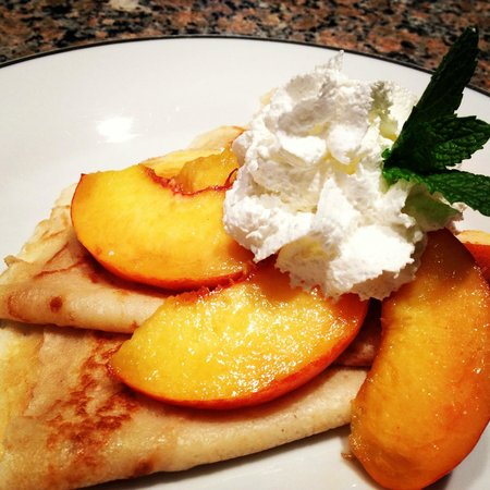 Napoleon's Retreat Bed & Breakfast: Crepes topped with fresh peaches